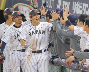 3回2死一、三塁、左翼席へ3ランを放った鈴木誠也(左から3人目)