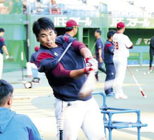 両腕にゴムチューブを巻いて打撃練習を行う楽天・内田