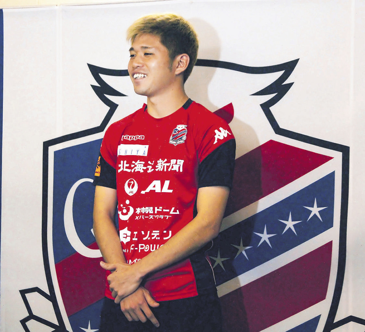 日本代表に初選出され、会見で笑顔を見せた札幌DF進藤