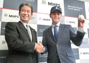 潮崎編成グループディレクター(左)と握手をする浜屋