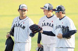 山崎(右)、山本(中)と談笑しながら練習場を移動する今永