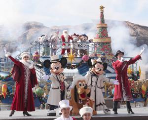 クリスマスイベント「イッツ!クリスマスタイム」で、船上のサンタクロースと、共演するミッキーマウス、プルート、ミニーマウスら(カメラ・佐々木 清勝)