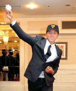 仮契約し投球フォームを披露する巨人・太田龍投手
