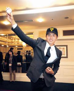 巨人と仮契約を済ませ、投球フォームを披露するドラフト2位指名の太田(カメラ・越川 亘)