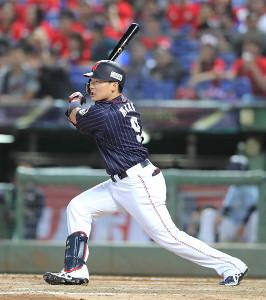 6回、中越えに適時二塁打を放つ丸