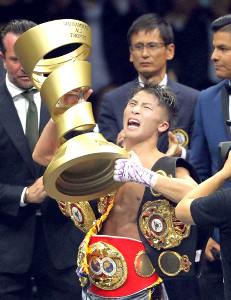 試合後、トロフィーを手に雄叫びを上げる井上尚弥(カメラ・宮崎 亮太)