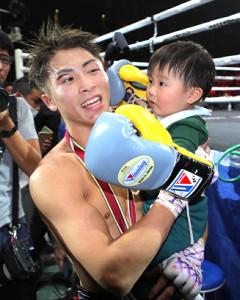WBSS優勝を果たした井上尚弥は、愛息の明波くんのパンチの祝福に笑顔(カメラ・竜田 卓)
