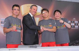 会見後握手を交わすトップランク社のトッド会長(左から2人目)、井上尚弥(同右)(左は父・真吾トレーナー、右端は大橋ジム・大橋秀行会長)(カメラ・竜田 卓)
