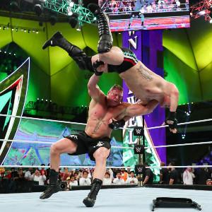 WWE「クラウン・ジュエル」でヴェラスケスを投げるレスナー(C)2019 WWE, Inc. All Rights Reserved.