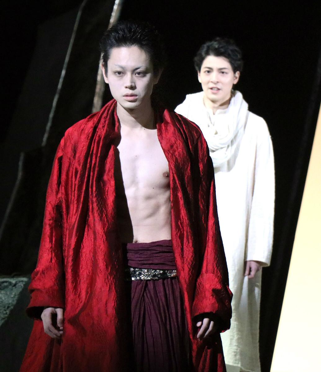 舞台「カリギュラ」の公開稽古に参加した菅田将暉(前)と高杉真宙