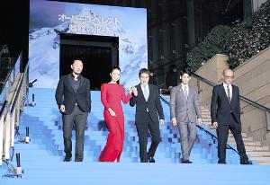 ワールドプレミアでブルーカーペットを歩く(左から)ユー・フェイ監督、チャン・ジンチュー、役所、リン・ボーホン、テレンス・チャン氏