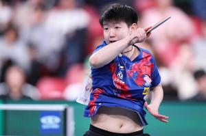 女子準々決勝でプレーする中国の孫穎莎