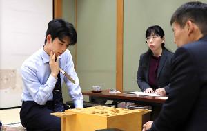 阿部隆八段(右)との対局を終え、感想戦を行う藤井聡太七段