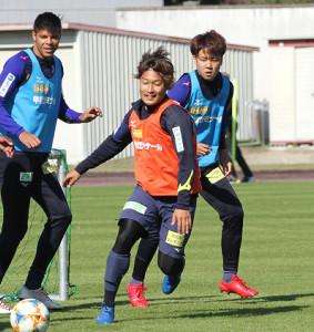 曽根田(中)はウタカとアラーノとの終盤戦3トップに手応え(左はリマ、右は宮崎)