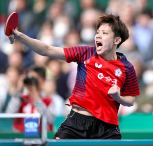 女子準々決勝でプレーする台湾の鄭怡静