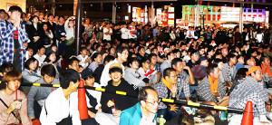 調布駅前のパブリックビューイング会場で観戦する人たち