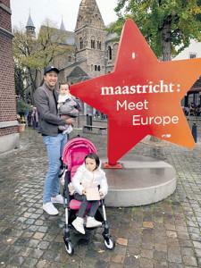 休日、オランダ・マーストリヒトで娘たちと写真撮影(写真提供=シュミット・ダニエル)