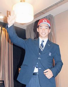 仮契約を終え、広島での活躍を誓う旭川大高・持丸
