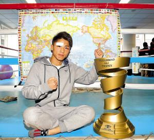 WBA、IBFバンタム級統一王者となった井上尚弥は、ムハマド・アリ・トロフィーと並んで世界地図を背にナンバーワンポーズ(カメラ・森田 俊弥)