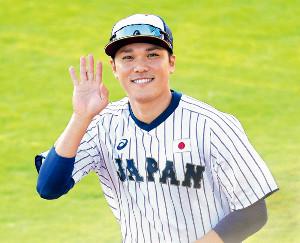 スーパーRに向け調整する坂本勇。取材陣のカメラに向かってさわやかな笑顔を見せた(カメラ・生澤 英里香)