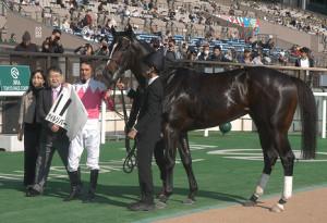 2歳新馬戦を勝ったナイルリバー(左から3人目はスミヨン騎手)
