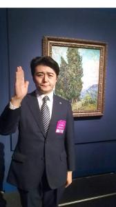 """ゴッホの「糸杉」の前に立つ""""アベ首相""""にふんした福本ヒデ"""