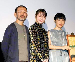 舞台あいさつに出席した(左から)越川道夫監督、貫地谷しほり、山田真歩