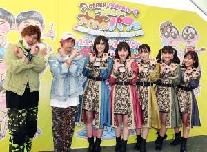 大阪パフェのステージで熱唱したたこやきレインボーの(右から)堀くるみ、根岸可蓮、清井咲希、彩木咲良、春名真依とEXITのりんたろー。(左端)と兼近大樹(同2人目)
