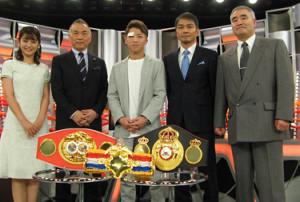 井上尚弥(中央)と、解説の飯田覚士氏(左から4人目)、浜田剛史氏(同5人目)