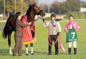 武蔵野ステークスを制したワンダーリーデル(右は横山典弘騎手、左は安田翔伍調教師、カメラ・相川 和寛)