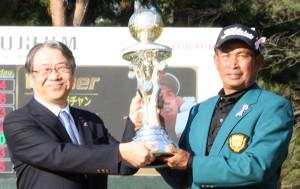 富士フイルムホールディングスの助野健児代表取締役社長・COOから優勝杯を授与されるウィラチャン