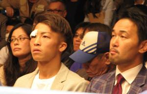 後楽園ホールで試合を観戦する井上尚弥(右は元世界王者・山中慎介氏)