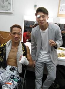 後楽園ホールでの試合でTKO勝ちしたジムの後輩の中嶋一輝(左)をねぎらう井上尚弥
