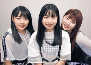 北海道支局に来社したアンジュルムの(左から)太田、伊勢、竹内
