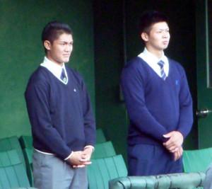 真剣な表情で練習を見守る阪神・ドラフト1位の西純(左)とドラフト2位の井上