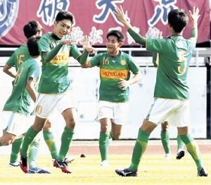 前半7分、先制ゴールを決めて仲間と喜ぶ静岡学園MF松村