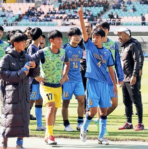 試合後、応援団に手を挙げる富士市立MF望月