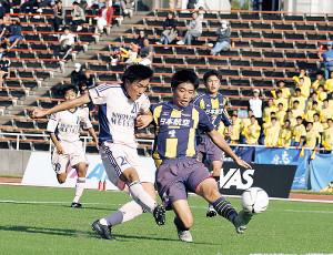 延長後半4分、決勝ゴールを奪う日大明誠FW子安(左から2人目)