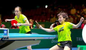 女子ダブルス(第1試合) 第3ゲーム 韓国選手の鋭いショットに食らいつく(左から)石川佳純、平野美宇ペア