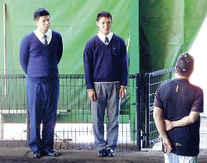 ブルペンで山本昌臨時コーチ(右)にあいさつするドラフト2位の井上(左)と同1位の西