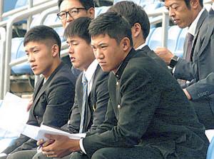 ヤクルトの秋季練習を真剣な表情で見つめるドラフト1位の奥川(手前)