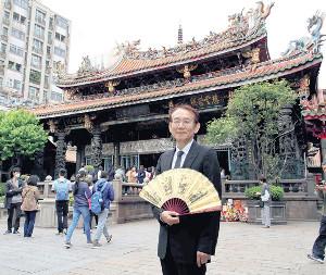 パワースポットとして人気の龍山寺でヒット祈願を行った周防正行監督