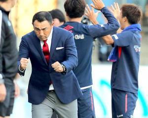 磐田に勝利した瞬間、力強くガッツポーズしたF東京・長谷川監督(カメラ・岩崎 龍一)
