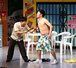吉本新喜劇の上海公演ですっちー(左)は「すちお」に扮して吉田裕に乳首ドリルを見舞った