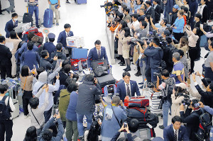 台湾から帰国し、ファンの出迎えを受けた侍ジャパンの坂本勇(カメラ・森田 俊弥)
