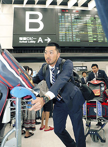 成田空港に到着、カートを押して移動する菊池涼