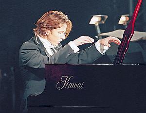 天皇陛下御即位十年をお祝いする国民祭典で演奏するYOSHIKI