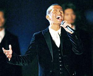 天皇陛下御即位二十年をお祝いする国民祭典で歌うEXILEのATSUSHI