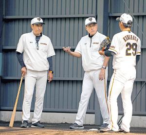 鍬原に助言する原監督(中央、左は宮本1軍投手チーフコーチ)
