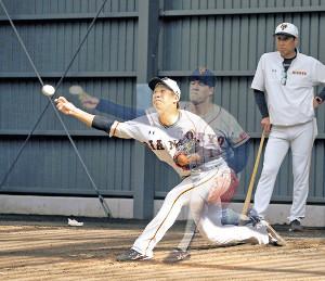 ブルペンでサイドスローに変えて投球する鍬原(カメラ・泉 貫太)=背後で投球する斎藤投手は合成写真=